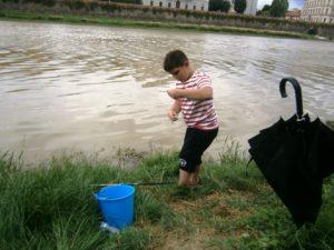 Pietro Biliotti, in azione di pesca con un'alborella.